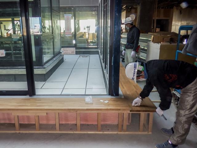 『h280108_庁舎棟3階ベンチ施工状況』の画像