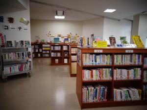 新利根公民館書架