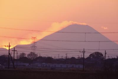 夕日に浮き出る冬の富士